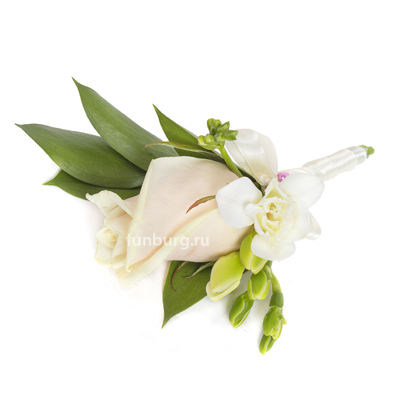 Бутоньерка «Счастье вдвоем»Бутоньерки<br> <br>Состав:<br><br><br>1 роза, фрезия, рускус, декор, лента атласная, булавка для бутоньерок<br><br>