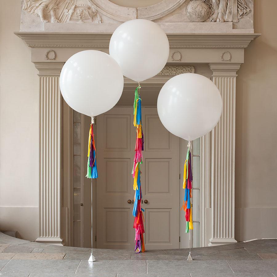 Метровый шар «Белый с кисточками»Метровые шары<br>Диаметр: 70-80 см<br>Производитель: Sempertex, Колумбия<br>Размер гирлянды: 10 кисточек<br>
