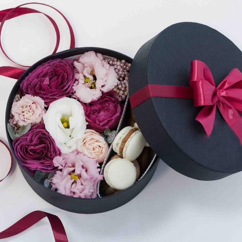 Композиция с макарунами «Мгновение»Цветы и макаруны<br><br> Размер:<br><br><br> диаметр 17 см<br><br><br>Состав:<br><br><br> пионовидная роза, эустома, озотамнус, эвкалипт, мини-макаруны (ассорти, 7 шт), флористическая губка, подарочная коробка диаметром 17 см<br><br><br>Возможные вкусы:<br><br><br> лимон, кокос, клубника, карамель-банан и маракуйя<br><br><br>В зависимости от сезона возможна замена некоторых цветов. Общий стиль композиции не изменится.<br><br>