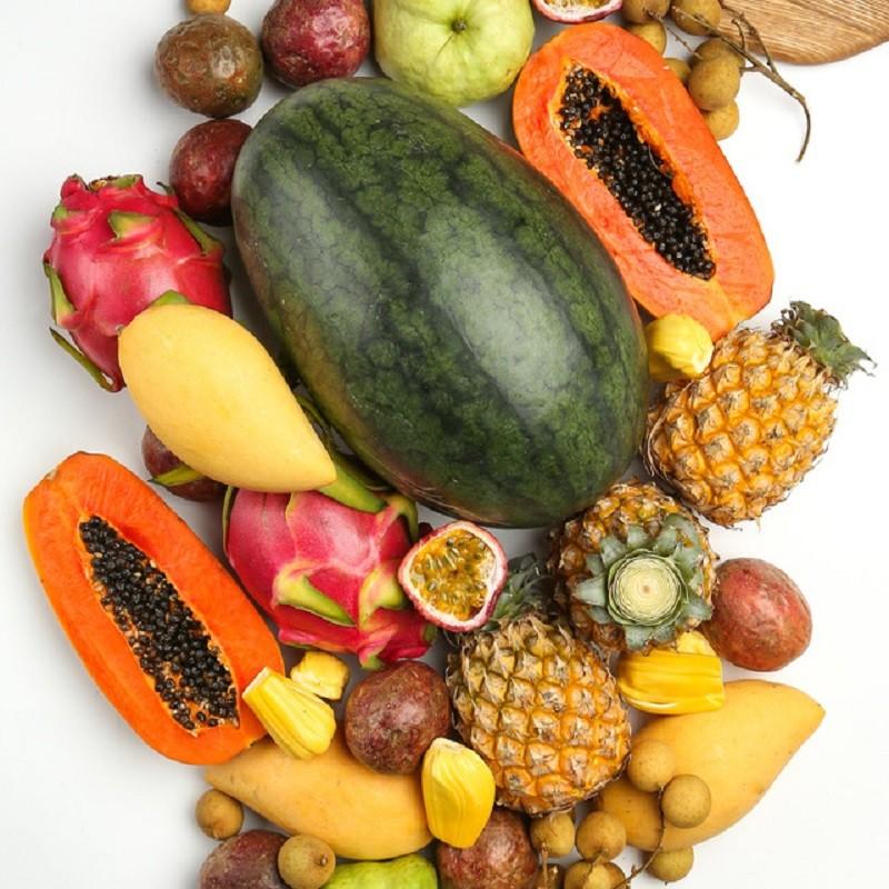 Набор тропических фруктов «XL»Тропические фрукты<br><br> Состав коробки:<br><br><br> • 3 солнечных манго, весом около 1 кг <br> • 2 драгонфрута, около 1200 г<br> • 10 плодов маракуйи, около 800 г<br> • 3 сочных бейби-ананаса, около 1200 г<br> • 1 большая папайя, 900 г<br> • 2 тайские зеленые гуавы, около 700 г<br> • Мякоть джекфрута, около 200 г<br> • Вкуснейшие лонганы, около 500 г<br> • Тайский арбуз, около 3,5 кг<br><br> <br><br><br>
