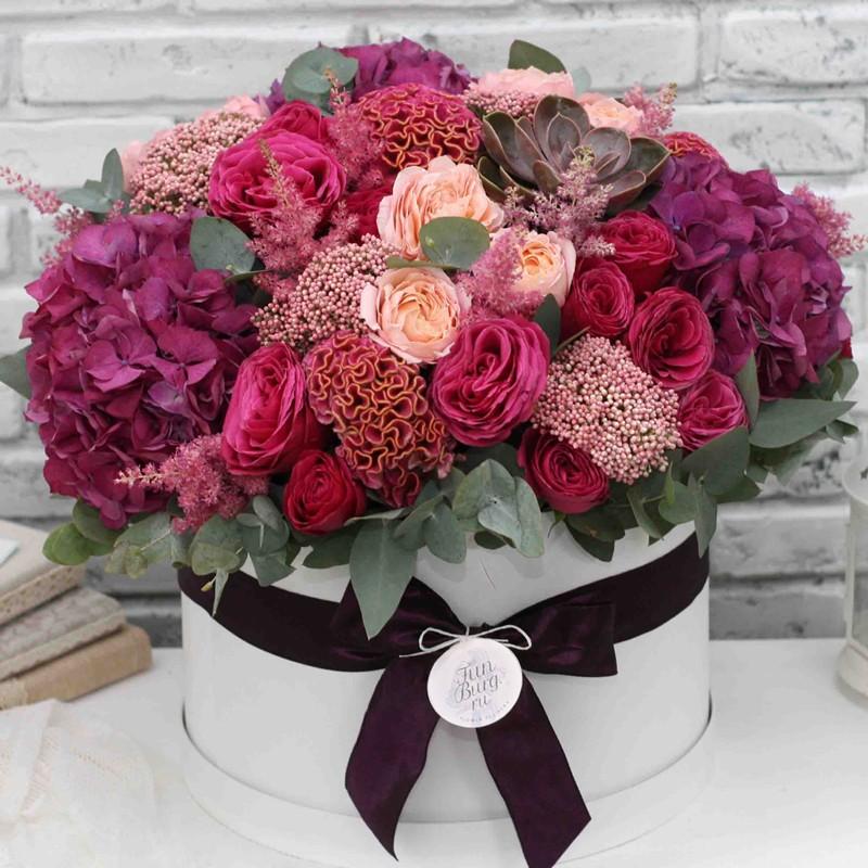 Цветы в шляпной коробке «Мармелад»Цветы в шляпных коробках<br><br> Размер:<br><br><br> диаметр 40 см, высота 30-35 см<br><br><br> Состав:<br><br><br> гортензия, пионовидная роза, суккулент, целозия, астильба, озотамнус, эвкалипт<br><br><br> В зависимости от сезона возможна замена некоторых цветов. Общий стиль композиции не изменится.<br><br><br>