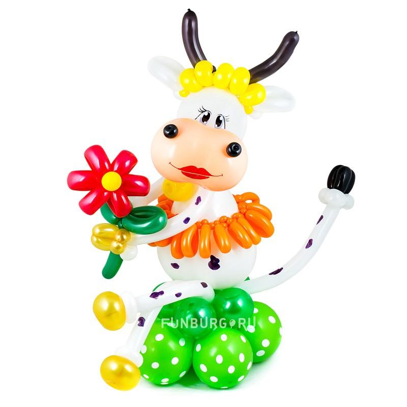 Фигура из шаров «Корова на лугу» фото