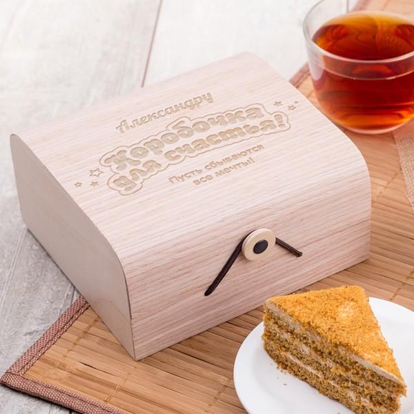 Подарочный набор мёда «Для счастья»День рождения<br> <br>Срок изготовления:<br><br><br>6-7 дней с момента оплаты<br><br><br> <br>Состав:<br><br><br>крем-мёд (130 г), мёд с грецкими орехами (130 г), мёд с мятой (130 г), цветочный мёд (130 г)<br><br><br> <br>Размер:<br><br><br>15,5 ? 14,5 ? 7,5 см<br><br><br>