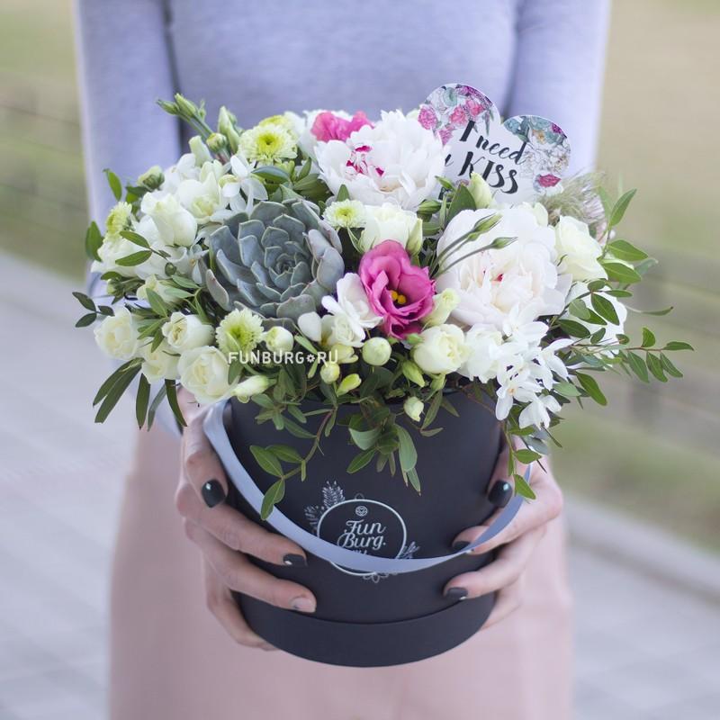 Цветы в шляпной коробке «Белые ночи» фото