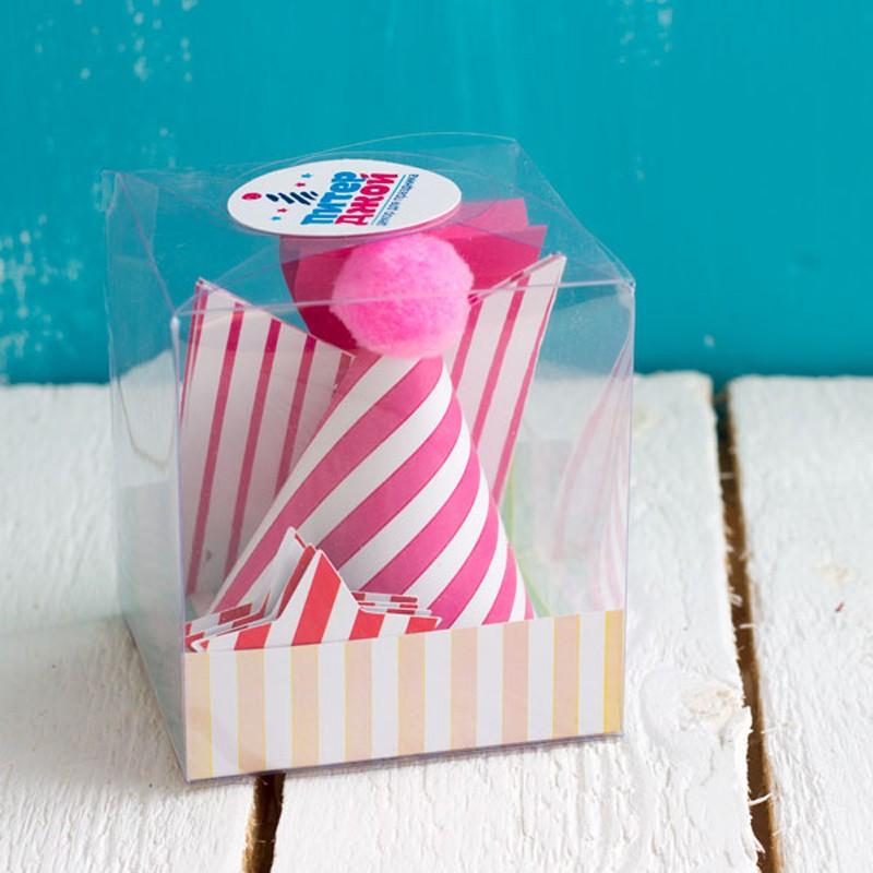 Праздничный набор «Розовые полоски» <br>Состав:<br><br><br>3 колпака (1 с помпоном, 2 без помпона), бумажная бабочка, мини- гирлянда (5 флажков), топперы-звездочки (5 шт)<br><br><br> <br>Размер:<br><br><br>размер упаковки – 10?10?11 см<br><br>