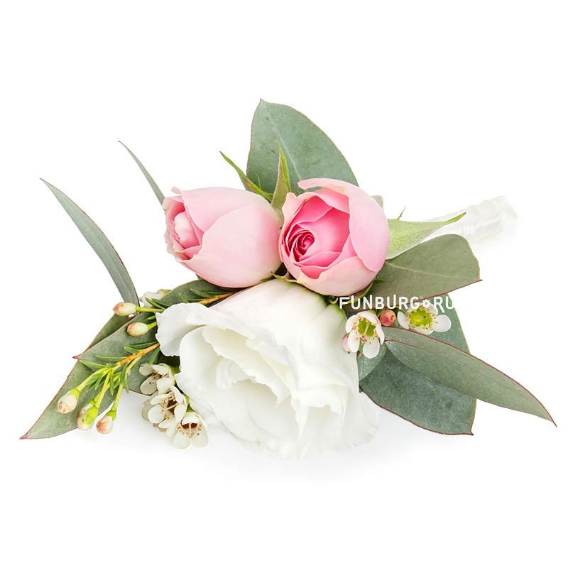 Бутоньерка «Воздушный поцелуй»Бутоньерки<br> <br>Состав:<br><br><br>эустома, кустовая роза, ваксфлауэр, эвкалипт, лента атласная, булавка для бутоньерок<br><br>