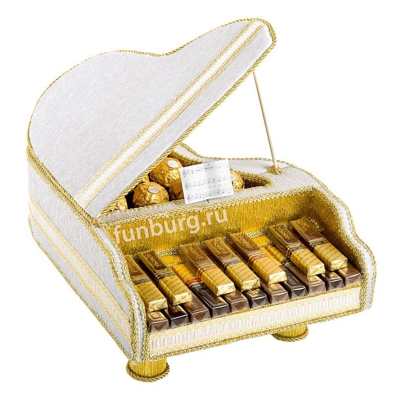 Букет из конфет «Рояль»Букеты из конфет<br><br> Состав:<br><br><br> коробка конфет «Merci», 9&amp;nbsp;конфет «Ferrero Rocher», флористические материалы, декор<br><br><br> Размер:<br><br><br> длина 35 см, высота 25 см<br><br><br>