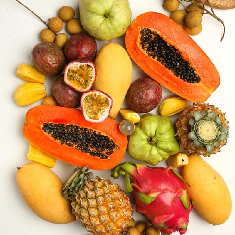 Набор тропических фруктов «L»Тропические фрукты<br><br> Состав коробки:<br><br><br> • 3 солнечных манго, весом&amp;nbsp;около1 кг <br> • Драгонфрут, около 600 гр<br> • 5 плодов маракуйи, около 400 гр<br> • 2 натуральных бейби-ананаса, около 700 гр.<br> • 1 большая папайя, 900 гр<br> • 2 тайские зеленые гуавы, около 600 гр<br> • Мякоть джекфрута, около 200 гр<br> • Вкуснейшие лонганы, около&amp;nbsp;500 гр<br><br> <br><br><br>