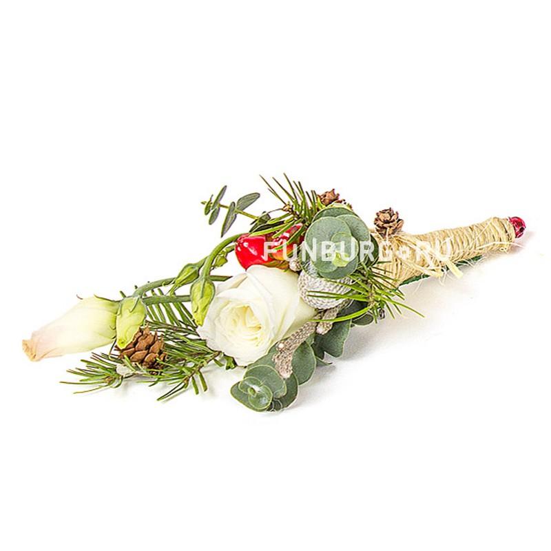 Бутоньерка «Теплые краски зимы»Бутоньерки<br> <br>Состав:<br><br><br>кустовая роза, эустома, бруния, эвкалипт, гиперикум, пихта, натуральные шишки, декор, лента атласная, булавка для бутоньерок<br><br>