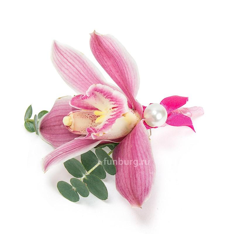 Бутоньерка «Торжественный момент»Бутоньерки<br> <br>Состав:<br><br><br>орхидея, эвкалипт, декор, лента атласная, булавка для бутоньерок<br><br>