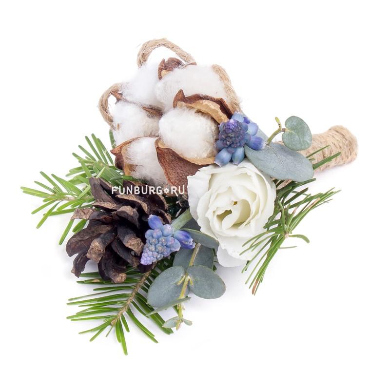 Бутоньерка «Зимняя сказка»Бутоньерки<br><br> Состав:<br><br><br> хлопок, мускари, эустома, натуральные шишки, пихта, декор, лента атласная, булавка для бутоньерок<br><br><br>