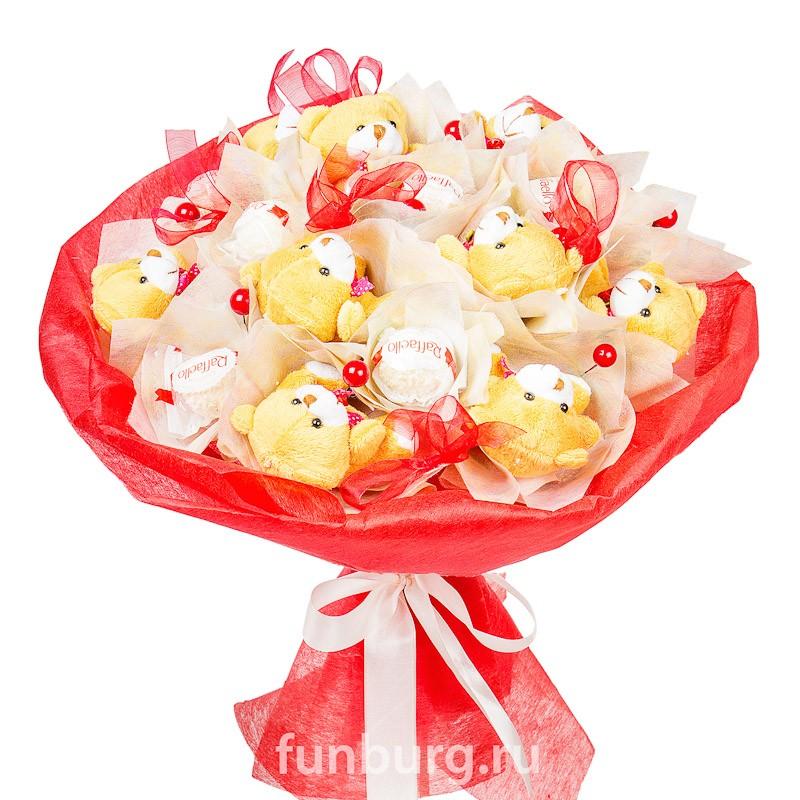 Букет из конфет и игрушек «Плюшевое счастье»Букеты из конфет<br><br> Состав:<br><br><br> 9&amp;nbsp;конфет «Raffaello», 9&amp;nbsp;плюшевых медвежат, флористический материал, декор<br><br><br> Размер:<br><br><br> диаметр 30-35 см, высота 30 см<br><br><br>