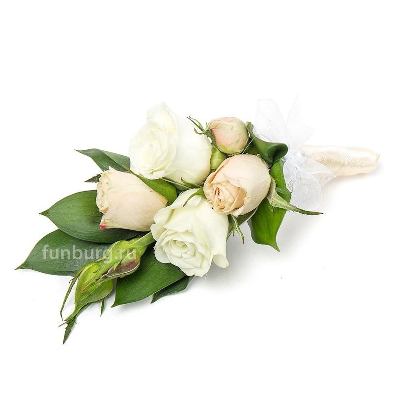 Бутоньерка «Любящие сердца»Бутоньерки<br> <br>Состав:<br><br><br>кустовые розы, рускус, лента атласная, булавка для бутоньерок<br>