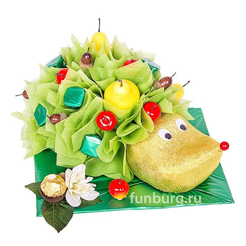 Букет из конфет «Ёжик»Букеты из конфет<br><br> Состав:<br><br><br> 1&amp;nbsp;конфета «Fererro Rocher», шоколадные конфеты «Nestle», декоративные флористические материалы, искусственные фрукты<br><br><br> Размер:<br><br><br> длина 25 см, высота 20 см<br><br><br>