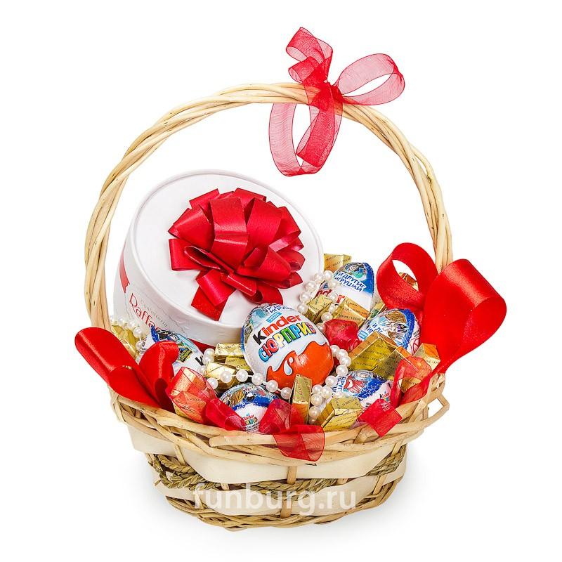 Подарочная корзина «Все в шоколаде!» (2 вариант)Подарочные корзины<br> <br>Состав:<br><br><br>7яиц «Kinder Surprise», коробка конфет «Raffaello», конфеты «Merci», корзина, декор<br><br>