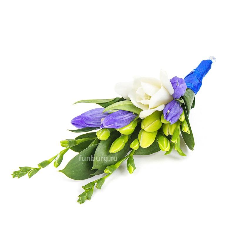 Бутоньерка «Вечная любовь»Бутоньерки<br> <br>Состав:<br><br><br>1 фрезия, рускус, гентиана, лента атласная, булавка для бутоньерок<br><br><br>