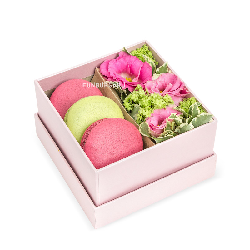 Композиция с макарунами «Кусочек счастья»Коробочки с цветами<br><br> Размер:<br><br><br> длина и ширина 10 см<br><br><br>