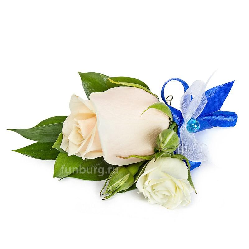 Бутоньерка «Муза»Бутоньерки<br> <br>Состав:<br><br><br>1 роза, кустовая роза, рускус, декор, лента атласная, булавка для бутоньерок<br><br>