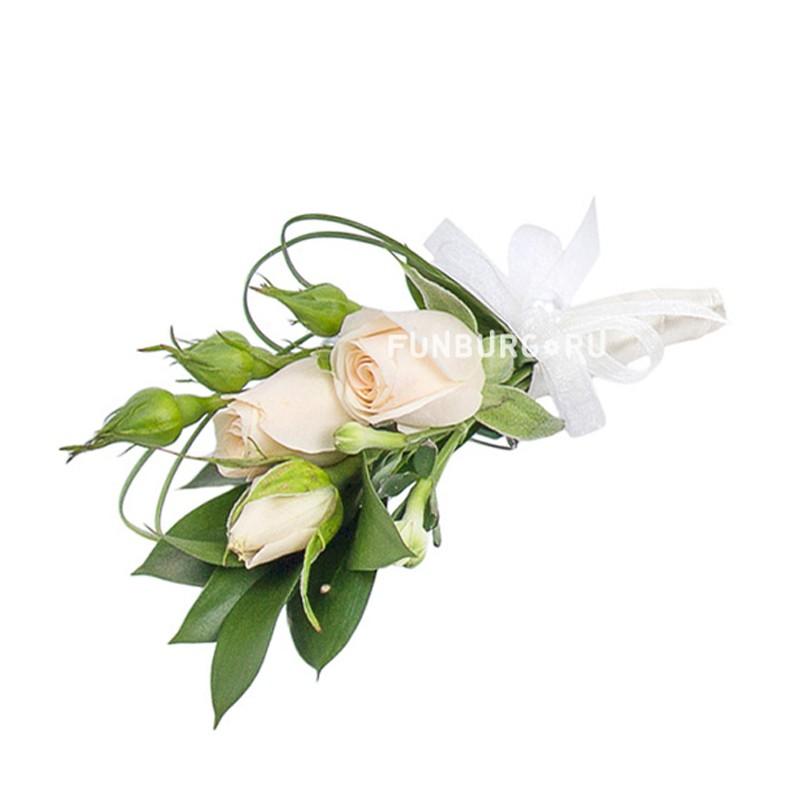 Бутоньерка «Искренние чувства»Бутоньерки<br> <br>Состав:<br><br><br>кустовая роза, эустома, рускус, декор, лента атласная, булавка для бутоньерок<br><br>