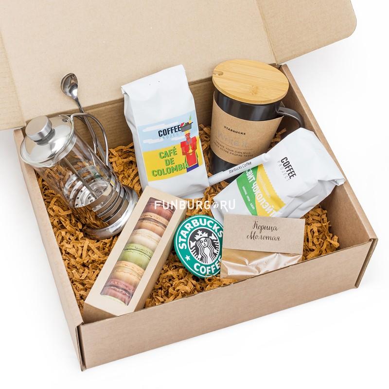 Подарочный набор «Кофейный с кружкой Starbucks»Подарочные наборы<br> <br>Состав:<br><br><br>кофе Свит чоколейт, кофеCaf? de Colombia, френч-прессна350 мл, молотая корица, керамическая кружка «Black Starbucks» с подставкой и маркером, 7макарун в коробочке<br><br> <br>Размер:<br><br><br>36?28?12 см<br><br>