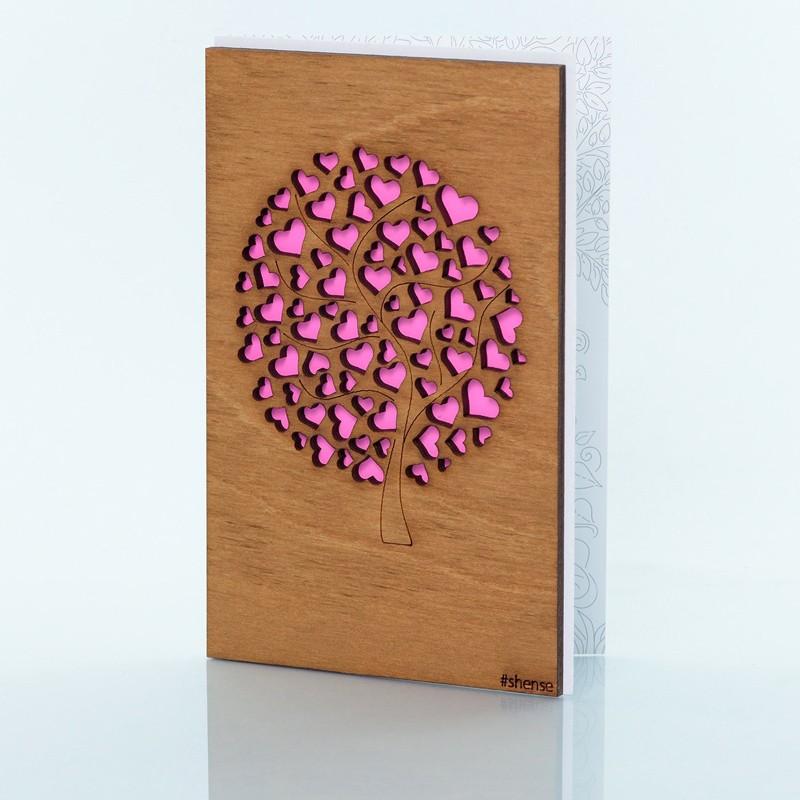 Деревянная открытка ручной работы «Дерево любви»Все открытки<br> Размер: 160х106 мм <br> Материал: дерево, бумага <br> Упаковка: прозрачная полиэтиленовая пленка-конверт <br> Комплект: деревянная открытка ручной работы с конвертом для денег размером 73х65 мм и поздравительной наклейкой<br>