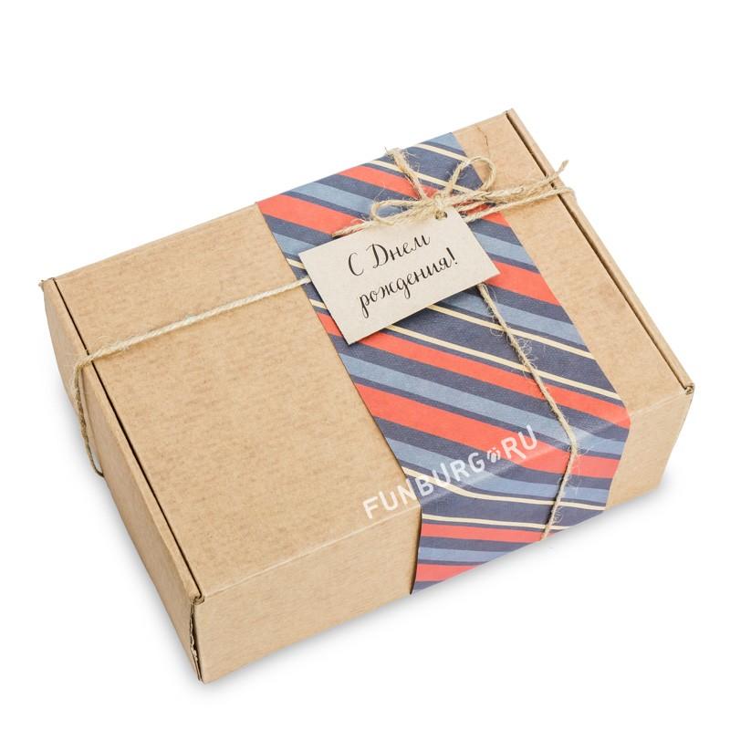 Подарочная упаковка «В крафт-коробку №2»Упаковка подарков<br> <br>Состав:<br><br><br>крафт-коробка, цветная бумага, бечевка, бирка<br><br><br> <br>Размер:<br><br><br>24?17?9 см<br>Цветовую гамму и тематику упаковки можно обсудить с менеджером.<br><br>