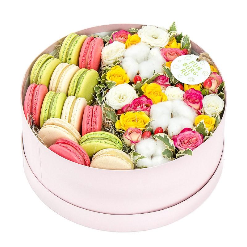 Композиция в коробке «Цветы и макаруны» №4Цветы и макаруны<br><br> Размер:<br><br><br> высота 9-11 см, диаметр 30 см<br><br><br>