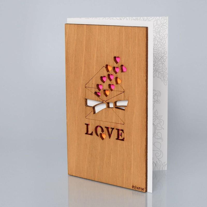 Деревянная открытка ручной работы «Письмо с любовью»Все открытки<br> Размер: 160х106 мм <br> Материал: дерево, бумага <br> Упаковка: прозрачная полиэтиленовая пленка-конверт <br> Комплект: деревянная открытка ручной работы с конвертом для денег размером 73х65 мм и поздравительной наклейкой<br>