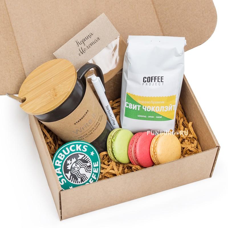 Подарочный набор «Кофейный с кружкой Starbucks» (малый)Подарочные наборы<br> <br>Состав:<br><br><br>кофе Свит чоколэйт, керамическая кружка «Black Starbucks» с подставкой и маркером,3макаруна, молотая корица<br><br> <br>Размер:<br><br><br>24?17?9 см<br><br>