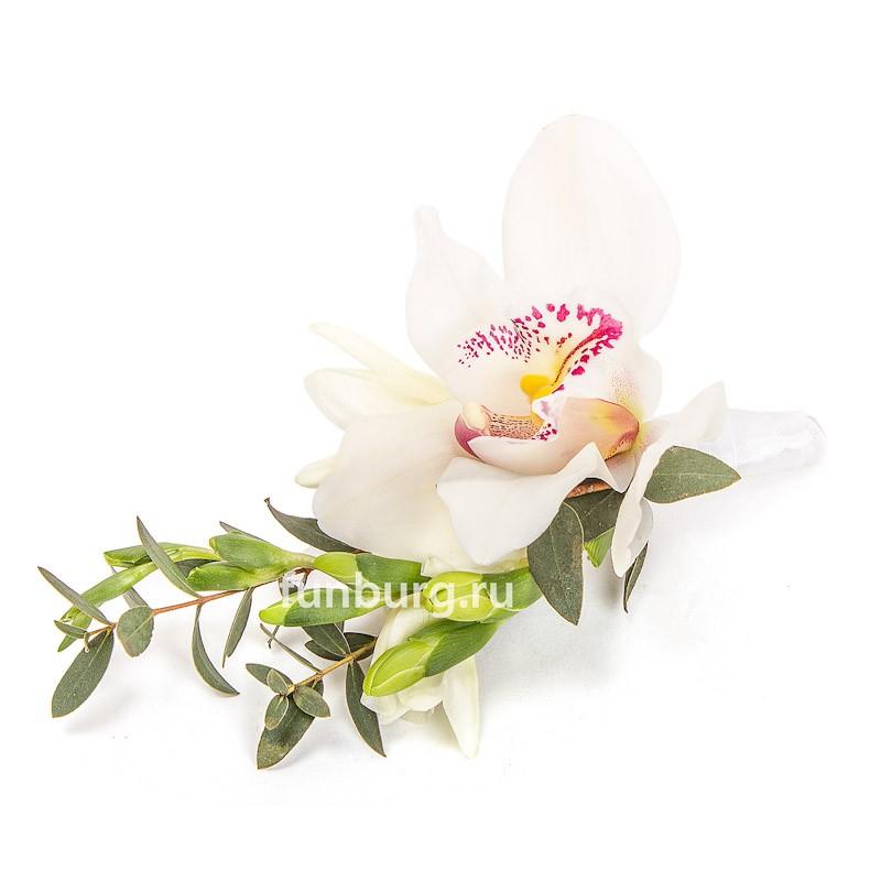 Бутоньерка «Свадебный танец»Бутоньерки<br> <br>Состав:<br><br><br>орхидея, фрезия, эвкалипт, лента атласная, булавка для бутоньерок<br><br>