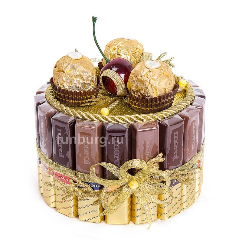 Букет из конфет «Шоколадный торт»Букеты из конфет<br><br> Состав:<br><br><br> коробка конфет «Merci», 3&amp;nbsp;конфеты «Ferrero Rocher», декор, флористические материалы<br><br><br> Размер:<br><br><br> диаметр 15 см, высота 17 см<br><br><br>