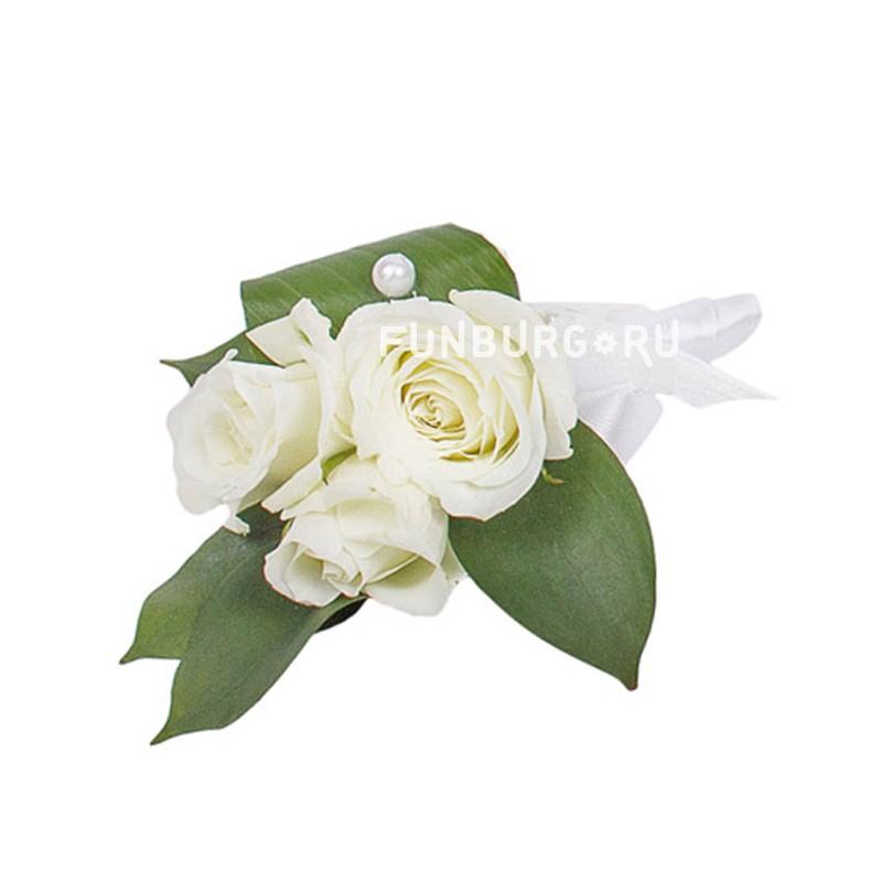 Бутоньерка «Облако счастья»Бутоньерки<br> <br>Состав:<br><br><br>кустовая роза, рускус, декор, лента атласная, булавка для бутоньерок<br><br>