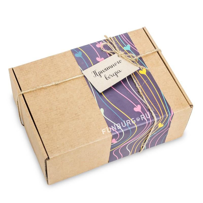 Подарочная упаковка «В крафт-коробку №3»Упаковка подарков<br> <br>Состав:<br><br><br>крафт-коробка, цветная бумага, бечевка, бирка<br><br><br> <br>Размер:<br><br><br>24?17?9 см<br>Цветовую гамму и тематику упаковки можно обсудить с менеджером.<br><br>