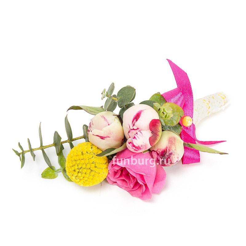 Бутоньерка «Женское счастье»Бутоньерки<br> <br>Состав:<br><br><br>пионы, кустовые розы, краспедия, эвкалипт, декор, лента атласная, булавка для бутоньерок<br><br>